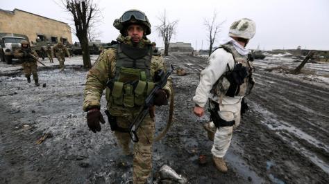 Глава вооруженных сил Сергей Лойко / Los Angeles Times Виктор Муженко, начальник Генштаба украинской армии, наблюдает за операцией близ аэропорта.